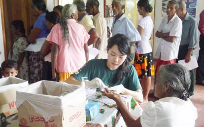 スリランカの地域住民の血圧を測定する公衆衛生インターン